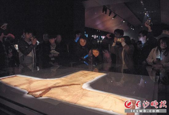 市民在省博物馆新馆参观马王堆汉墓出土的珍贵文物。均为长沙晚报记者 李锋 摄