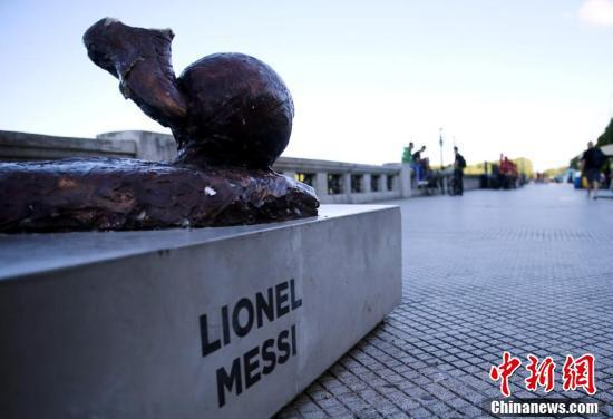 双腿被弄断,整座雕塑被推倒,只剩下双脚在基座上。