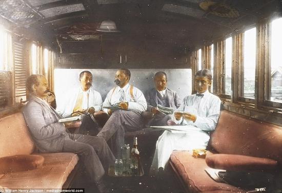 世界运输委员会的成员在私人车厢里