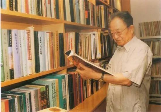 2001年,宿白先生在家中书房