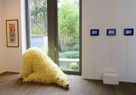 波拉·彼薇,《你见过我吗?》,泡沫、羽毛、塑料、木材、钢材,108 x 200 x 100 cm,2007
