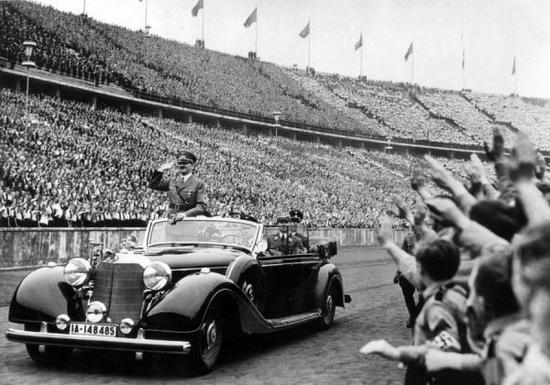 希特勒乘坐梅赛德斯-奔驰770K轿车检阅