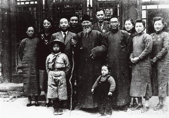 1948年,齐白石与李可染夫妇及友人合影(前排左一为白石老人幺子铁耕,左二为李小可)