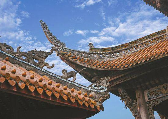 殿堂屋脊、飞檐上的龙雕塑