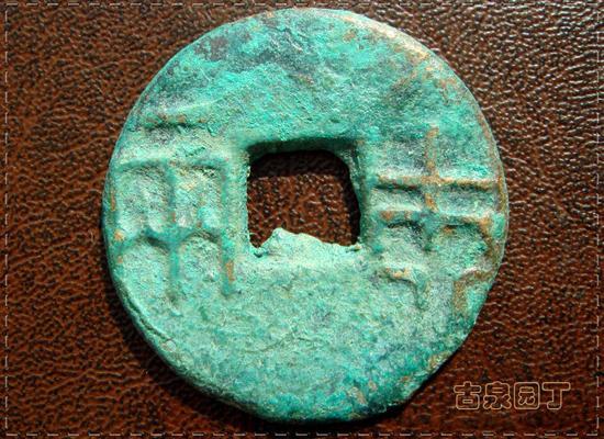 9、钱币更轻小了。直径23毫米,厚仅1.2毫米。