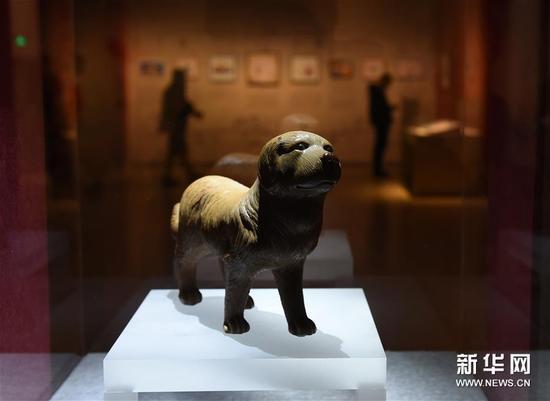 1月5日,清代陶塑狗在展厅展出。