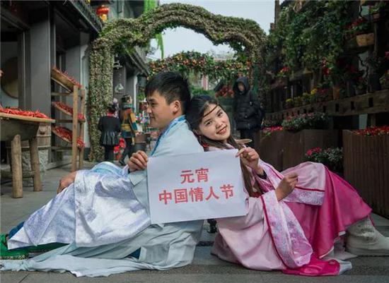 去年杭州宋城青年男女庆元宵的新闻图片