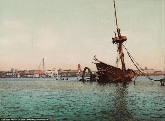 """这张照片经过彩色处理,古巴哈瓦那港,美国的""""缅因号""""军舰的残骸"""