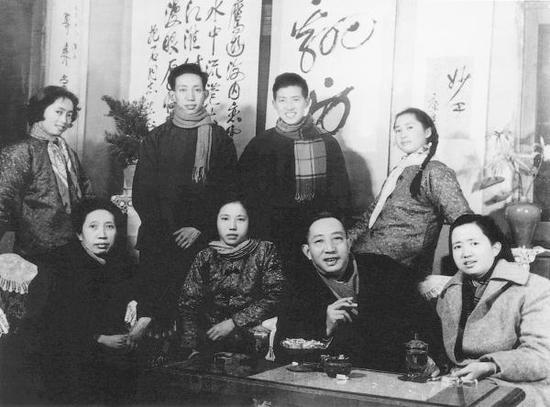傅抱石全家(1963年春节),第一排右二为傅抱石,第二排右一傅益瑶