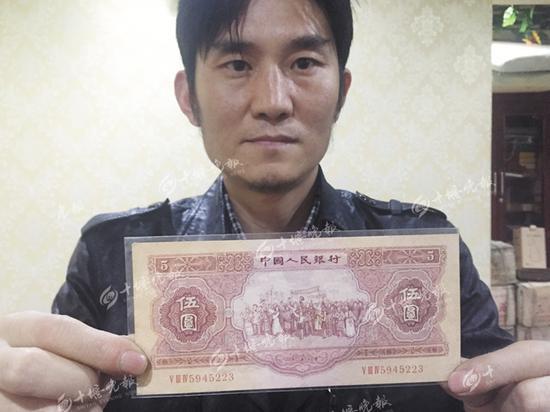 江波收藏的一张1953年苏三版红色伍圆纸币,市场价2万元以上。