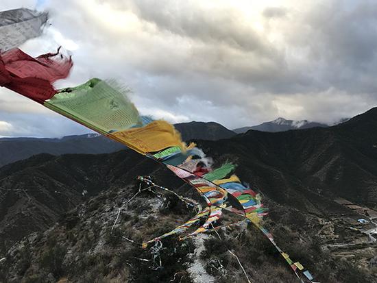 10月13日,刘杰文爬了两个小时到山上寻找陨石,从山上往下看,山势陡峭。