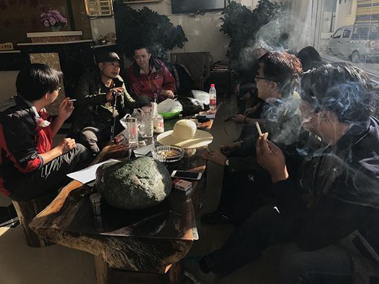 10月16日一早,众人一起商讨寻陨事宜,香烟一根接着一根。
