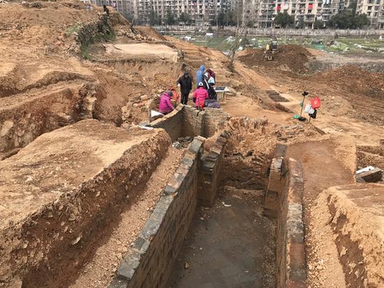 考古队已经挖掘出的墓穴数量大大超过预期,这么密集的墓葬区域,在萧山地区还没有发现过。