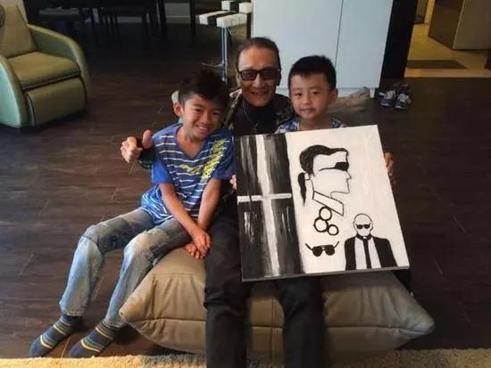 张柏芝不光自己画画,受到她的影响,她的两个儿子画起画来也还不赖呢。