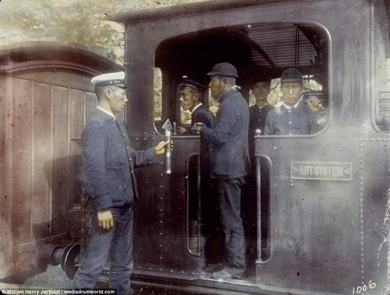 在日本的铁路火车头上拍摄的五名男子