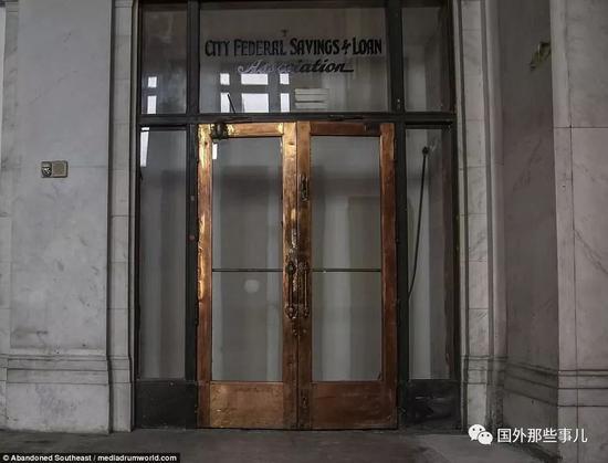 杰佛逊县储蓄银行于1915年关闭,它坐落在这座城市27层的摩天大楼。