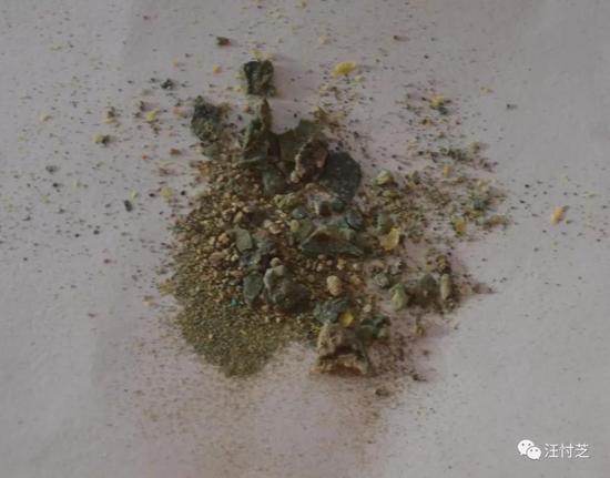 当年盖子掉在地上后,我将其残渣包了起来,保存至今
