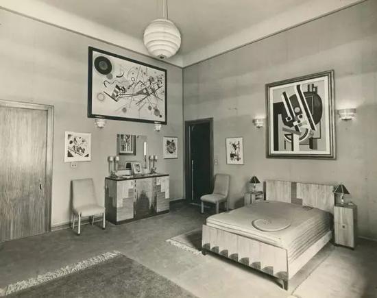 位于纽约广场酒店的古根海姆套房的卧室,左上角是康定斯基的作品, 1937年。