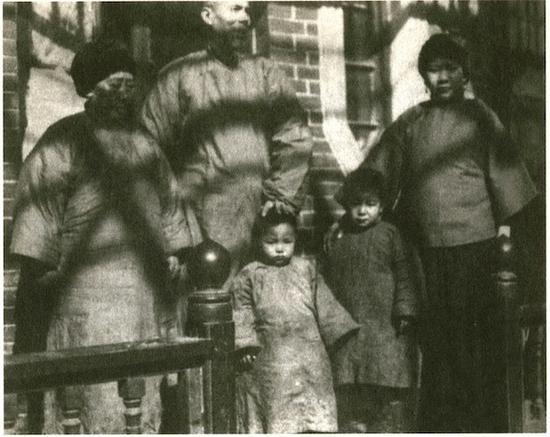 图11 20世纪20年代末齐白石与原配陈春君(左一)、侧室胡宝珠(右一)合影