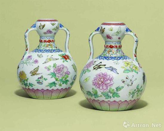 乾隆御制粉彩花蝶纹如意耳葫芦尊,成交价1472.5万英镑
