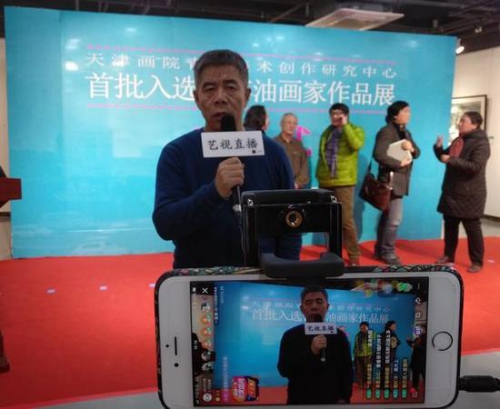 天津画院青年美术创作研究中心主任杨维民接受媒体采访。
