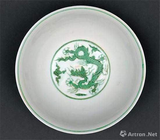 白地绿彩锥拱海水云龙纹碗 明弘治 高7.2厘米 口径16.3厘米 足径6.9厘米 故宫博物馆藏