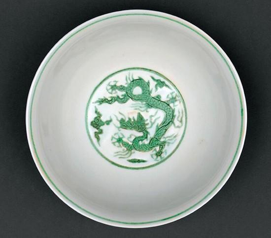 白地绿彩锥拱海水云龙纹碗
