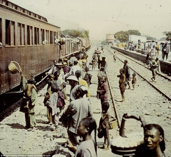 1895年,印度车站旁的人们