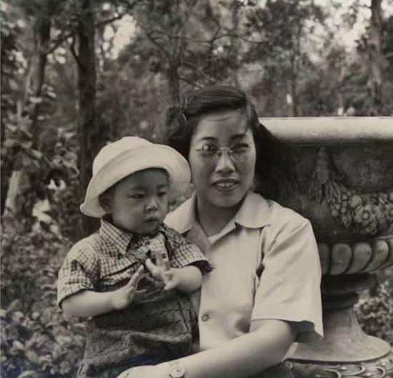 年幼的谷文达与母亲曹燕宇