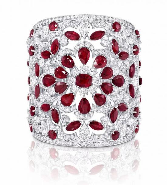 镶嵌红宝石与钻石的镂空白金手镯