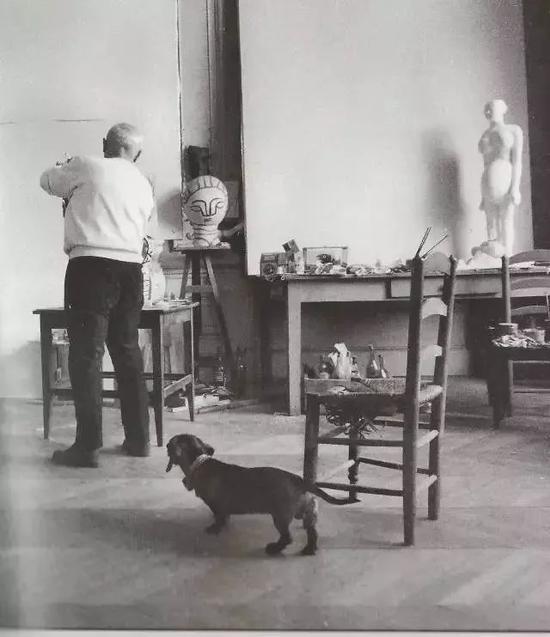 此后,这条腊肠狗便和毕加索一同