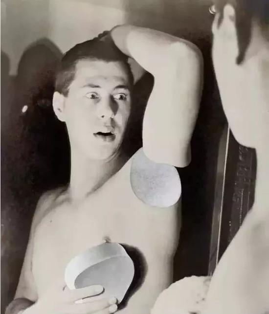 自拍,1932 by Herbert Bayer