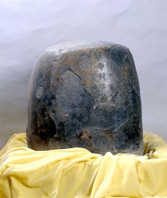 石鼓(共十块),秦,花岗岩质,高约90cm,直径约60cm。