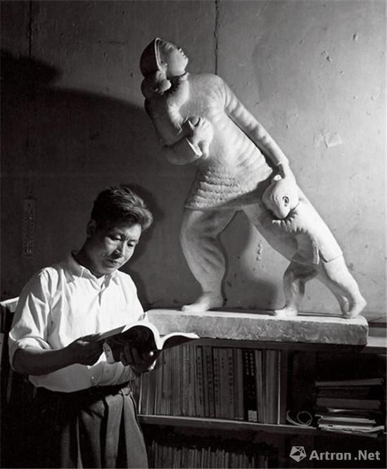 1960年滑田友与其作品《轰炸》合影