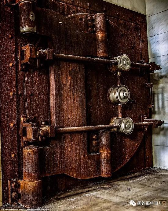 摄影师探秘银行金库几乎被遗忘已废弃上百年