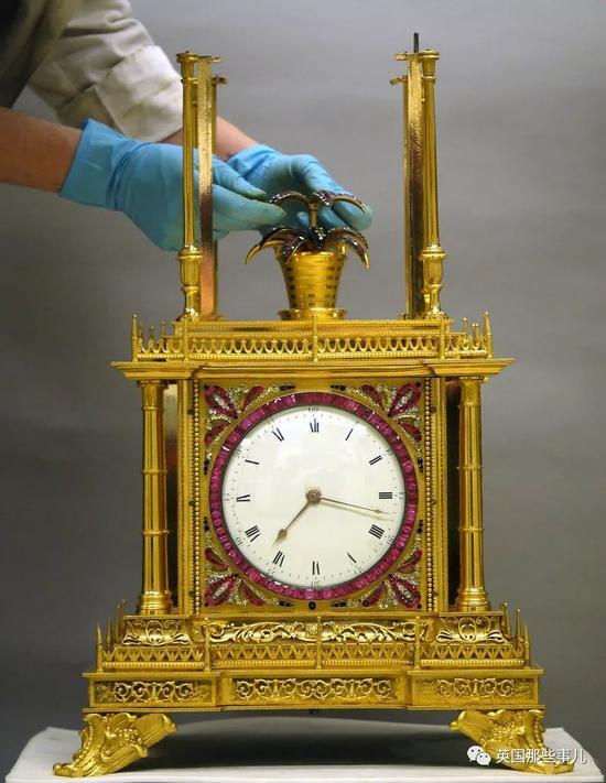 还修复过这座法国王室用过的宫廷时钟。。。