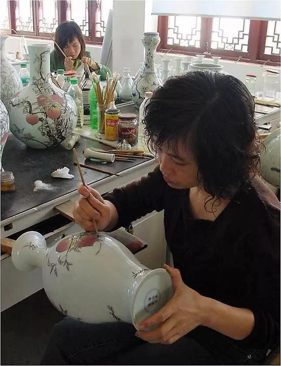 正在仿制的粉彩桃蝠纹橄榄瓶