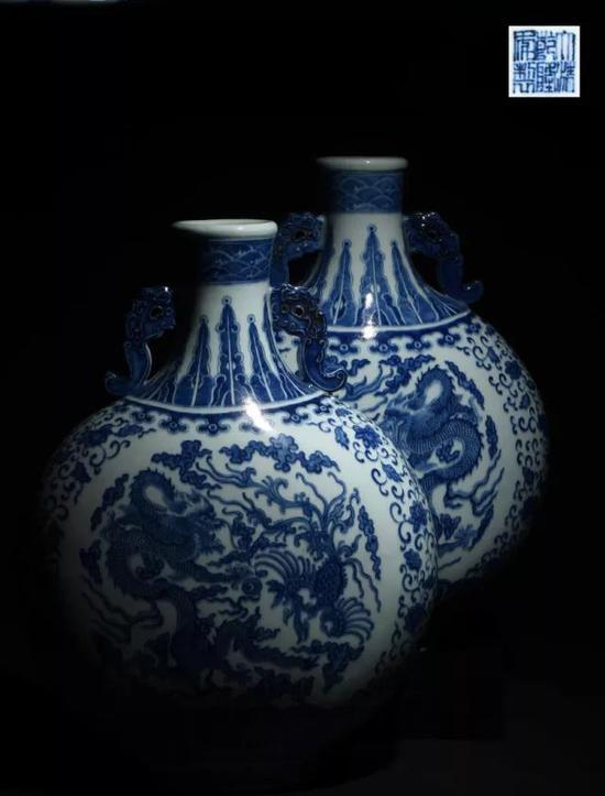 民国 青花龙凤纹螭耳抱月瓶(一对)