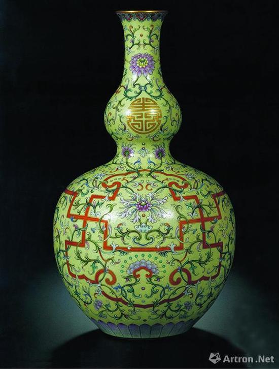 清乾隆浅黄地洋彩锦上添花万寿连延图长颈葫芦瓶,成交价2.52亿港元