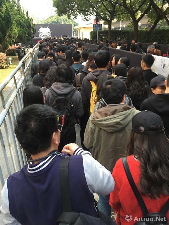 上海展览中心排队入场的观众