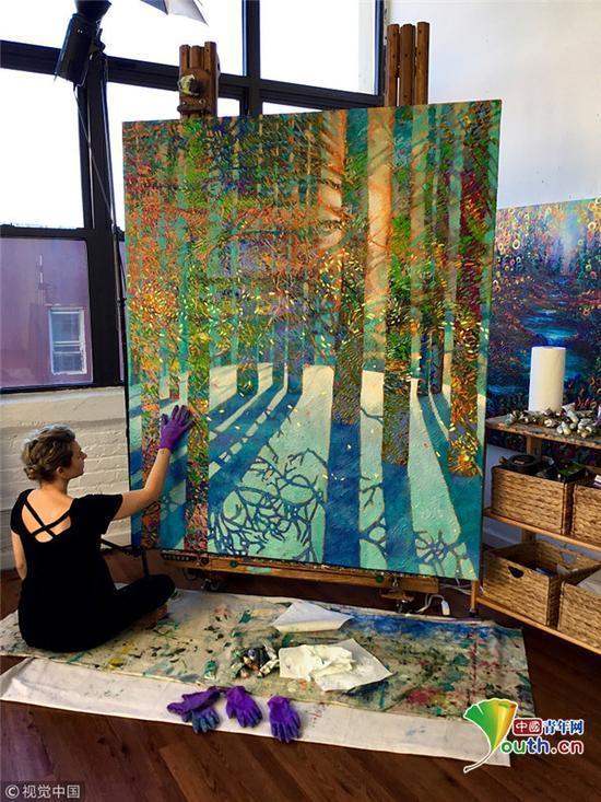 她的画作被许多大公司,例如可口可乐、微软等收藏。