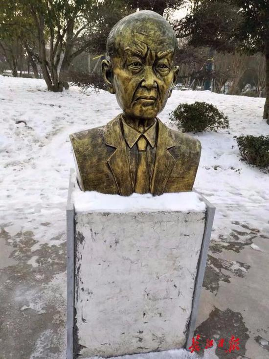 朱光亚的雕像