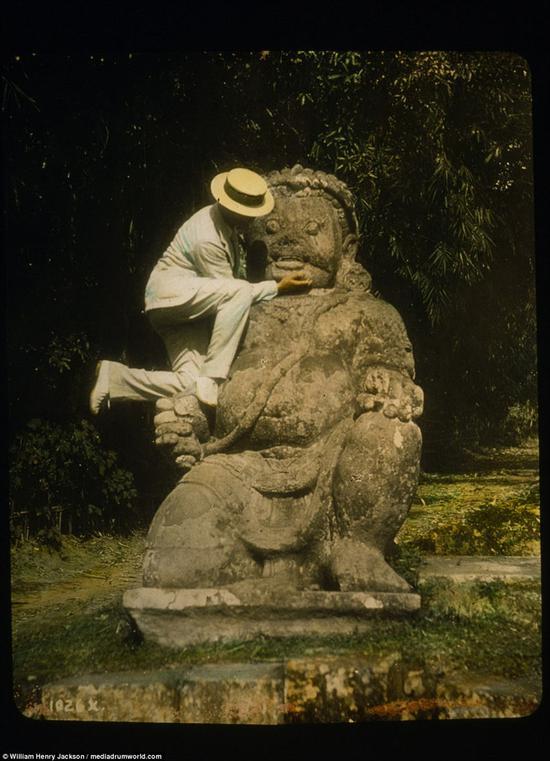 爪哇,一名戴草帽的男子站在佛像上