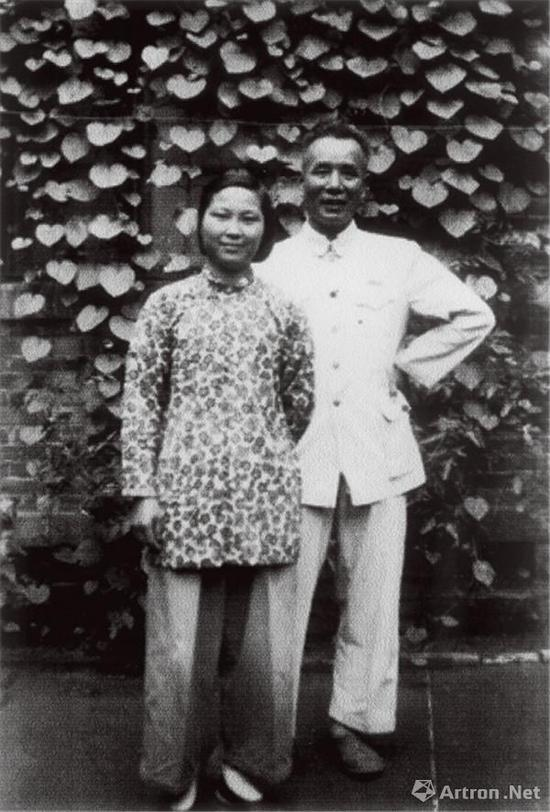 20世纪50年代,李可染与邹佩珠在大雅宝院内