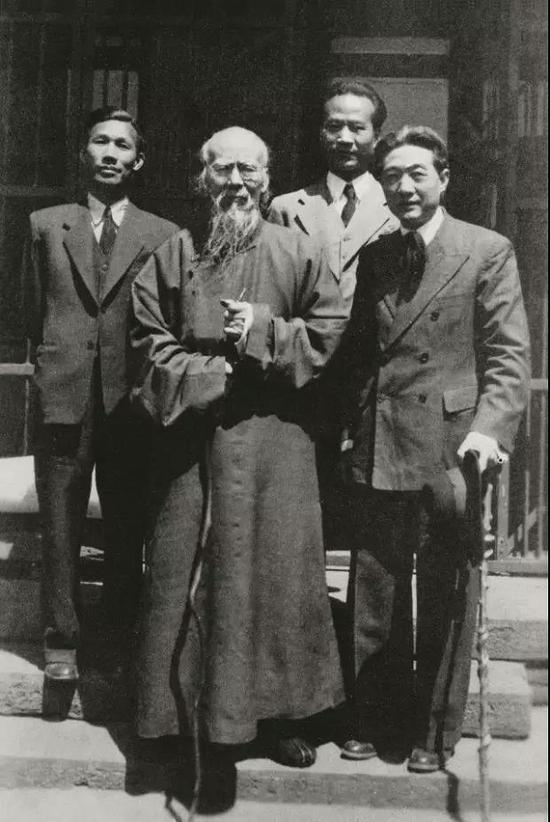 齐白石与徐悲鸿(右一)、吴作人(右二)、李桦(左一)合影