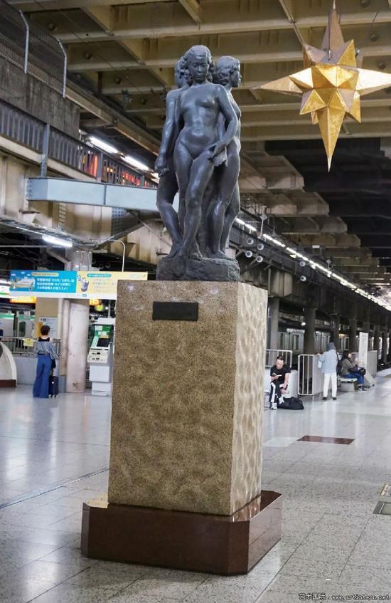 图1 朝仓文夫 三相—智情意 铸铜 塑像部分高250厘米 1950