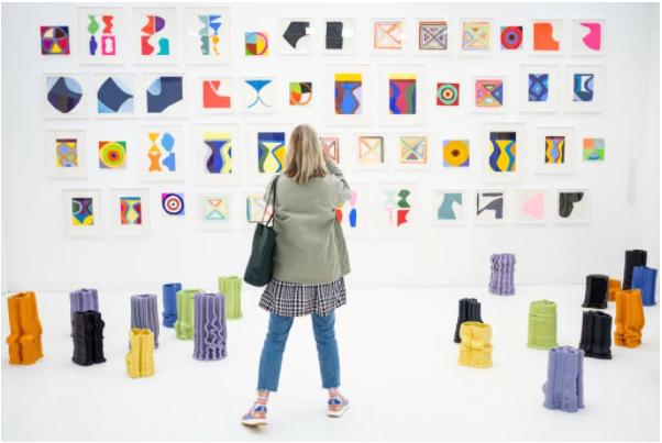 去年伦敦弗里兹艺博会上,Marina Adams的作品。图片:by Leon Neal/Getty Images