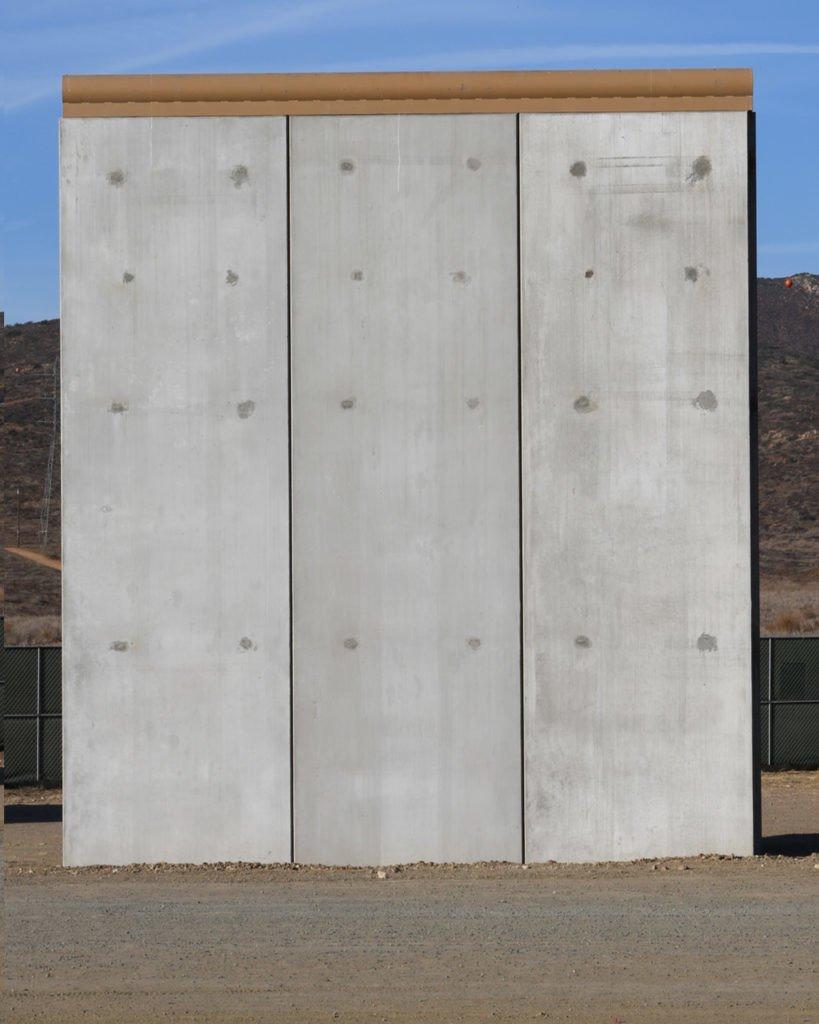 美国和墨西哥边境隔离墙模型之一。图片:courtesy of Bjarni Grimsson