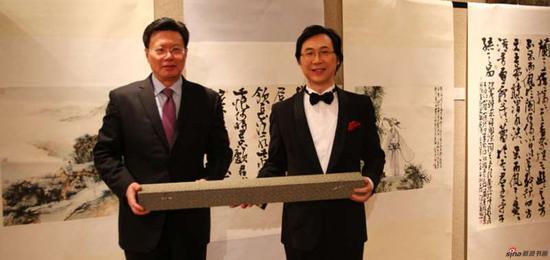 廖昌永向俞建华大使捐赠中国画作品(汪家芳作品)