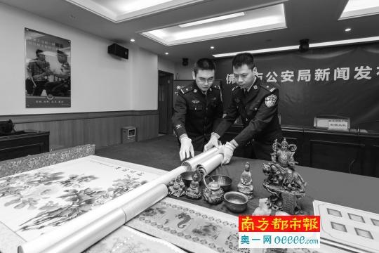 昨日,禅城民警清点市民被盗古董和字画。
